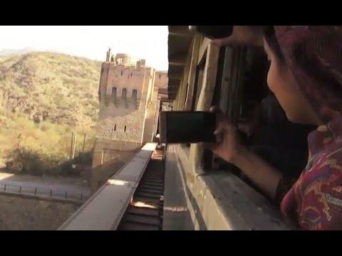 سفاری ٹرین پر دلکش مقامات کی سیر