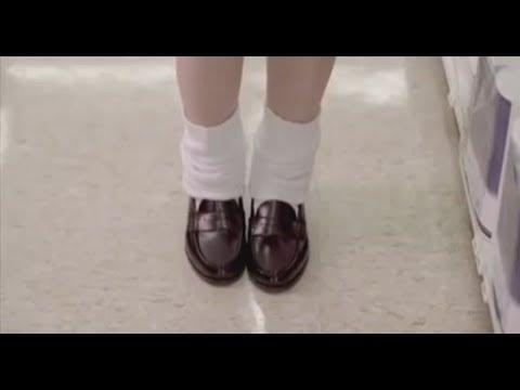 男子有严重强迫症,见到女孩袜子不整齐,直接上手整理