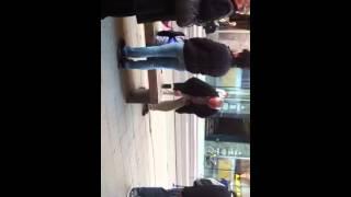 Ein Betrunkene Penner Pisst auf die Straße