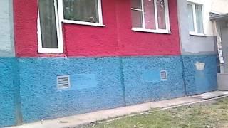 Прикольное окно, плюс танцующий  в трусах мальчик в окне))))