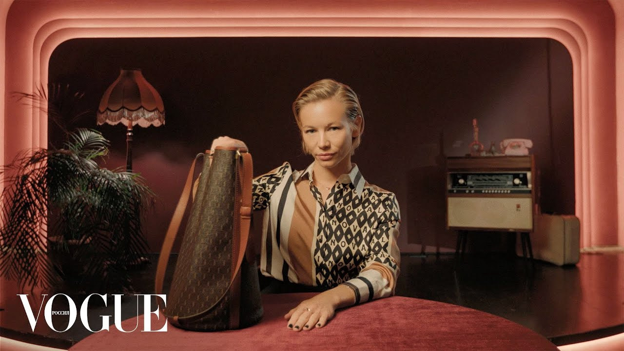 Что в сумке у Светланы Устиновой  Vogue Россия
