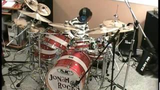 пятолетний мальчик играет круто на барабане