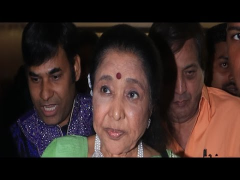 CELEBS PAY TRIBUTE TO ASHA BHOSLE AT A CONCERT | Bollywood News