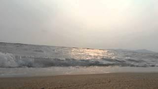 Вечерний прибой на пляже. Паттайя