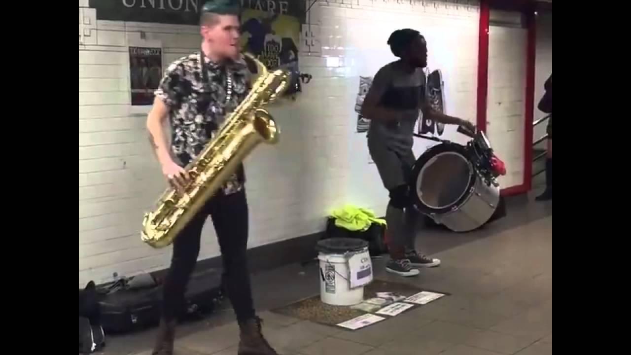 Негр играет саксофоне