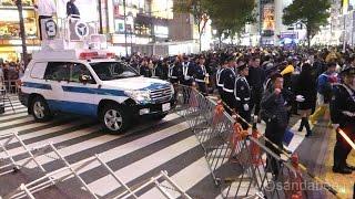ハロウィンを楽しむ大勢の人で溢れる渋谷で、道路を警察車両で封鎖する...