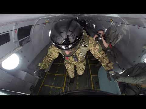 Прыжок с парашютом в условиях низкой облачности.