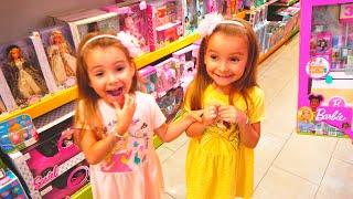 Как Мама и девочки веселятся вместе в магазине детских игрушек