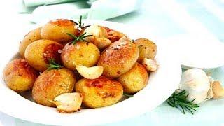 Молодой картофель на сковороде. Молодой картофель жареный. Молодой картофель с чесноком и зеленью