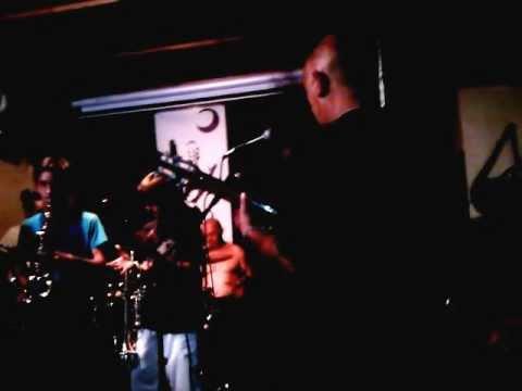 20120603 Juampe (trompeta) y Manu (saxo) improvisando en el tablao  2
