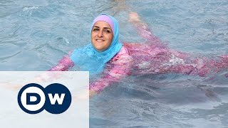 Мусульманки на пляжах Франции: буркини или все же бикини?(Мэры нескольких курортных городов на юге Франции запретили женщинам носить буркини - полностью закрытые..., 2016-08-18T16:52:30.000Z)