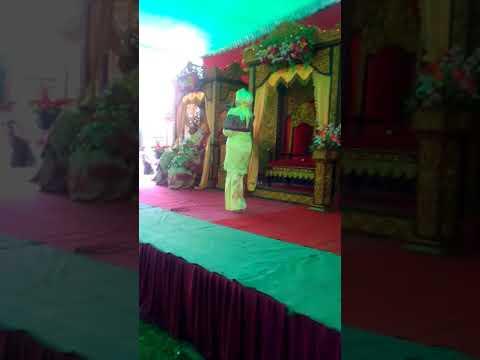 Momen sakral Sungkeman Resepsi Pernikahan (Surga di bawah telapak kaki Ibu)