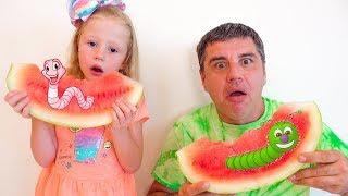 Stacy y papá juegan un juego con gusanos