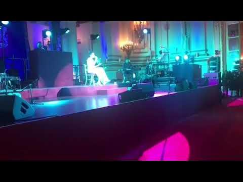 Kanika Kapoor sings 'Kabhi Kabhi Mere Dil Mein' at Buckingham Palace