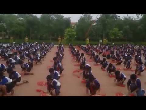 Học sinh tiểu học múa quạt đều và đẹp