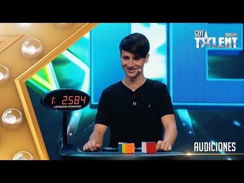 ¡WOW! OCTAVIO resolvió tres cubos Rubik en tiempo récord