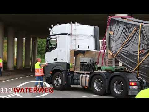 Twee enorme vrachtwagens urenlang vast op oprit A15 Rozenburg