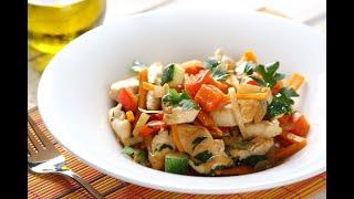 Przepis - Duszony kurczak z warzywami z patelni (przepisy kulinarne przepisy.pl)