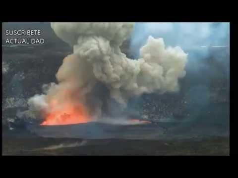 un-volcán-en-hawái,-explota-tras-la-caída-de-rocas-en-el-cráter.