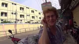 Нина, мой первый учитель по обкручиванию сари.