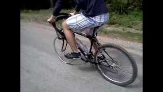 Mužná oprava defektu na bicykli