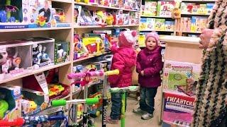 Ужас! Дочка выбежала из магазина игрушек прямо под колеса машины. My daughter almost hit by a car.