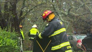 Les pompiers interviennent sur une maison détruite par l'ouragan