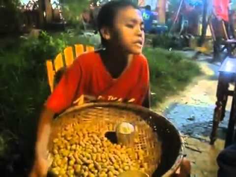 Em bé bán đậu phộng hát Mưa Thủy Tinh hay cực !!!