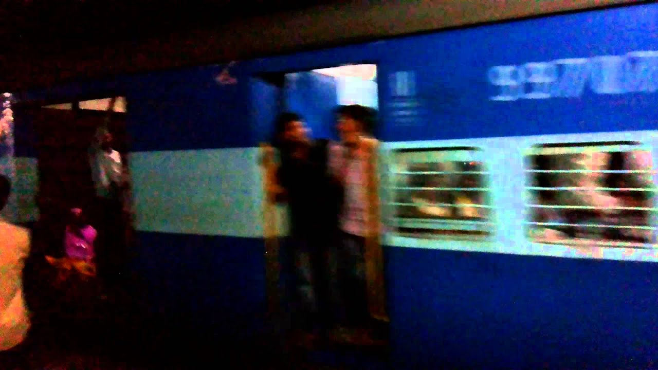 12106 Gondia - CST Mumbai Vidarbha SF Express arriving at Badnera Jn