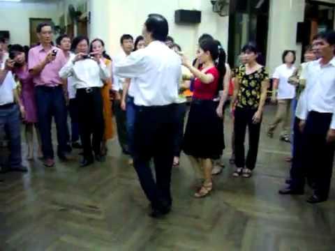 Khiêu vũ Valse lop4_Khac Tuan & cô Hồng Yến.mp4