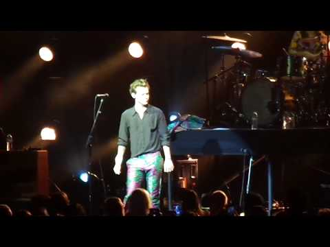 Harry Styles performing the bop What Makes You Beautiful, Chicago Theatre 9/26/17