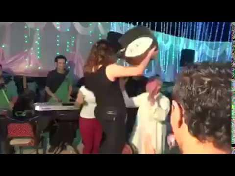 رجل عجوز يشيل رقاصة ويرقص بها .. جري ايه يا جدع مالك .. هو فى كده !!!