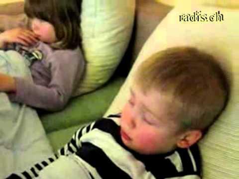 kinder-schlafen-im-kübel-ein