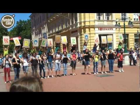 Flash mobbal ünnepelt Szegeden a 20 éves Karolina