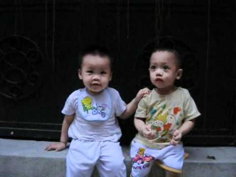 2 bạn nhỏ ngõ 163 Nguyễn Văn Cừ ngồi thật vui bên nhau