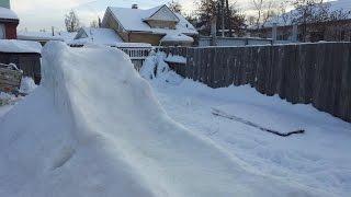 строим горку из снега. Часть 2. А вот так мы живем!