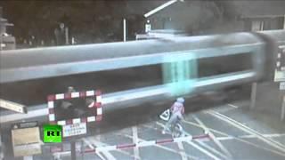 В сантиметрах от смерти: велосипедистка едва не попала под поезд в Британии(Транспортная полиция Великобритании обнародовала видеозапись, на которой запечатлено, как велосипедистка..., 2013-10-03T10:02:35.000Z)
