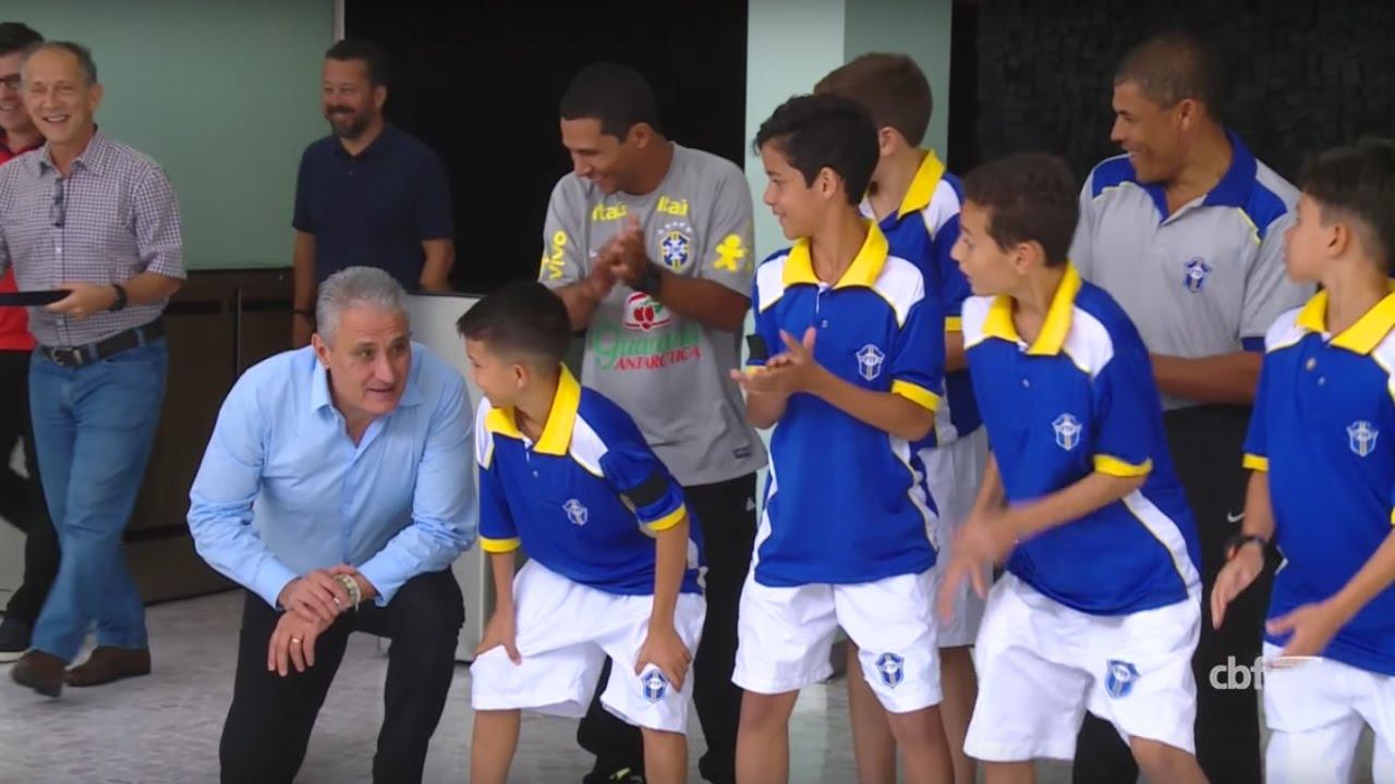 1efbe9fcc3 Tite surpreende crianças de projeto social em visita ao Museu Seleção  Brasileira. Confederação Brasileira de Futebol