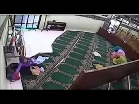 Мечеть. Во время намаза женщина  ворует ///