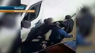 Страшные кадры из Оренбурга  отец едва не зарезал сына во время драки