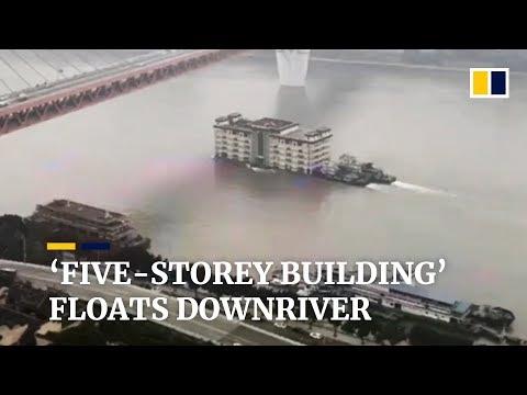 Floating restaurant drifts downriver in Chongqing, China
