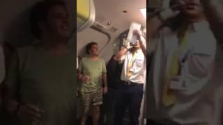 Un tripulante de cabina de Ryanair  versiona 'Despacito' de Luis Fonsi para vender a bordo