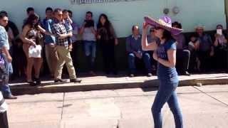 La guera enseñando a bailar a los danzantes.Feria de Villa Hidalgo Jalisco 2014