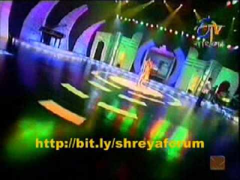 """Shreya Ghoshal singing old classic """"chupke chupke chal re purvaiya"""""""
