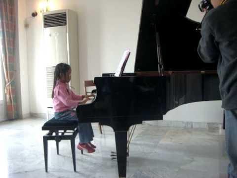 KPD joue du piano à la Residence de Français à Dakar