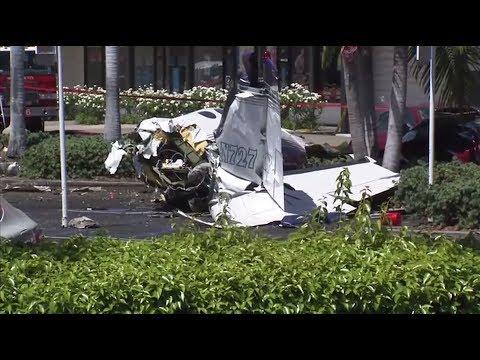 Видео с места падения легкомоторного самолёта на автомобильную парковку в Калифорнии