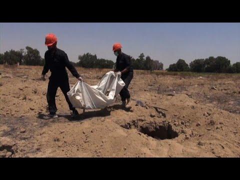 Syrie: environ 200 corps retrouvés dans une fosse commune à Raqa | AFP News