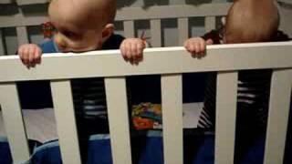 Bebes Mellizos En La Cuna - Twins Babies In The Crib
