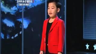 Niño coreano bailando