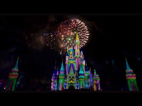 behind-the-scenes-of-minnie's-wonderful-christmastime-fireworks-(2019)